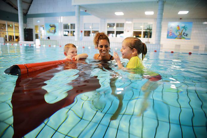 Zwemjuf Joan Luijendijk oefent met Lemmy en Inge. Deze foto is gemaakt toen de coronamaatregelen nog niet van kracht waren en er nog gewoon zwemles werd gegeven.