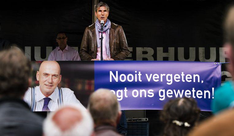 Broer Simon van de in 2002 doodgeschoten Pim Fortuyn sprak vorig jaar bij het monument van de politicus tijdens een stille tocht door het centrum van Rotterdam. De moordenaar van Fortuyn, Volkert van der G., is in mei 2014 onder voorwaarden vrijgelaten. Beeld ANP