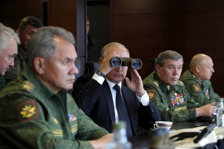 Stafchef Valery Gerasimov (rechts van Poetin) waarschuwt landen die Amerikaanse raketten stationeren.