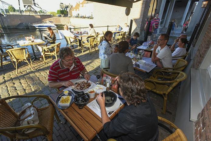 Het terras van havenzicht in Heusden heeft zicht op de stadshaven.