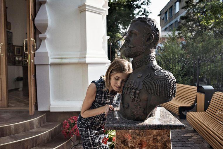 Procureur-generaal Natalja Poklonskaja bij een buste van de Russische tsaar Nicolaas II. 'Het moederland is een heilige plek.' Beeld Yuri Kozyrev/ Noor