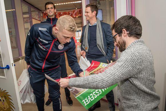 Stijn Roels laat handtekeningen van de spelers zetten op zijn poster.