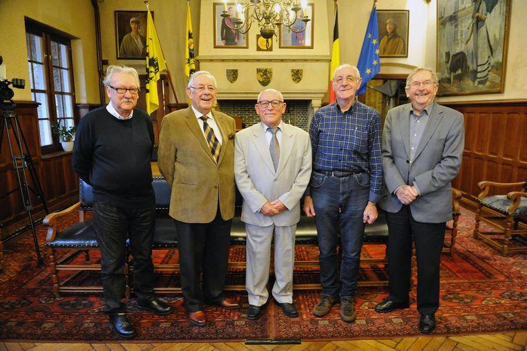 Foto uit 2016: Antoon (rechts) met zijn collega ereschepenen Richard Bendels, Willy Gheeraert, Walter Declerck en Christiaan Hollebeke.