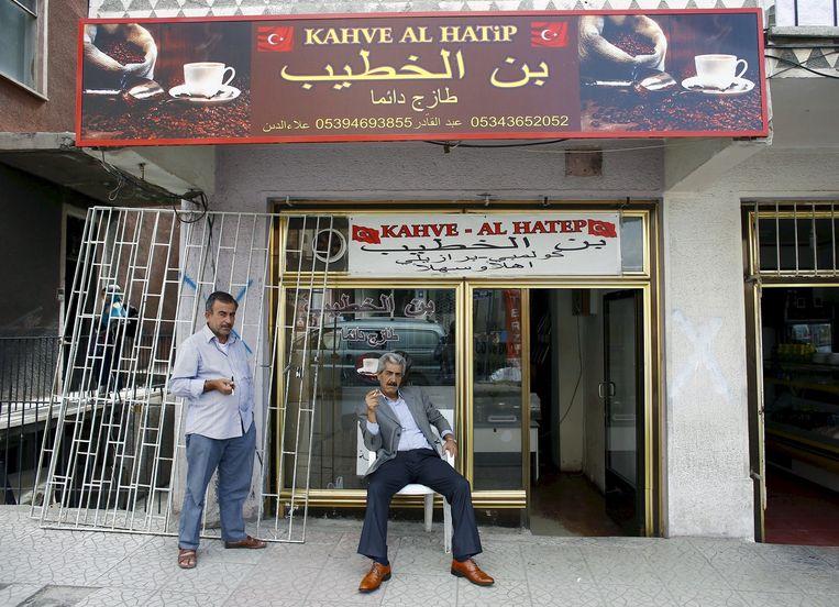 Syrische vluchtelingen in Ankara. De vluchtelingen hebben grote moeite om aan de slag te komen. 'Aanvankelijk wilde ik in Turkije blijven, maar werk vinden blijkt zo ontzettend moeilijk.' De mannen op de foto komen in het verhaal niet voor. Beeld reuters