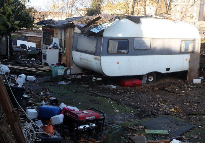 Een oude, kleine caravan aan de Aziëstraat in het noorden van Gent, waar ruim tien jaar enkele tientallen Roemeense Roma hebben gewoond.