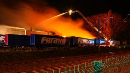 Uitslaande brand met ontploffingen legt bedrijf in Pittem in de as