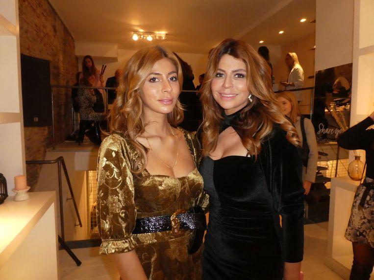 De glamourzusjes Dolshe en Olcay Gulsen, niet met de krultang, maar met de Curl Secret, dé innovatie van 2015. Beeld Hans van der Beek