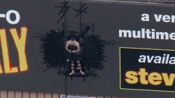 Steve-O neergehaald nadat hij zichzelf op reclamebord vastplakte
