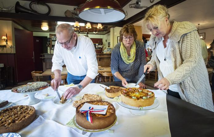 De jury bestaande uit Susanne van Opijnen (rechts) en Rob Veerman, snijdt de taarten aan.