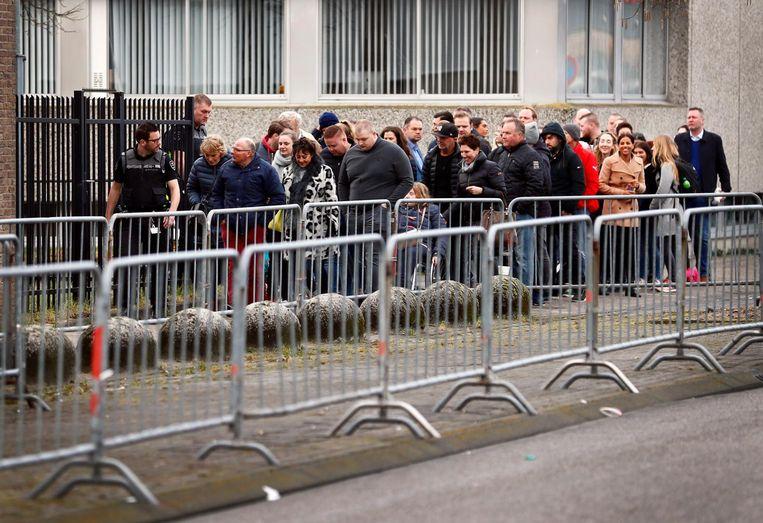 Belangstellenden in de rij bij de rechtbank vanochtend. Beeld anp
