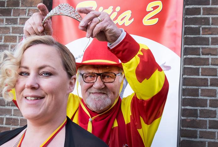 Cindy van Kuppeveld is deze dagen Prinses Titia II van Grave. Haar vader Henk van Kuppeveld was in 1983 prins carnaval in Grave als Henk de Twedde.