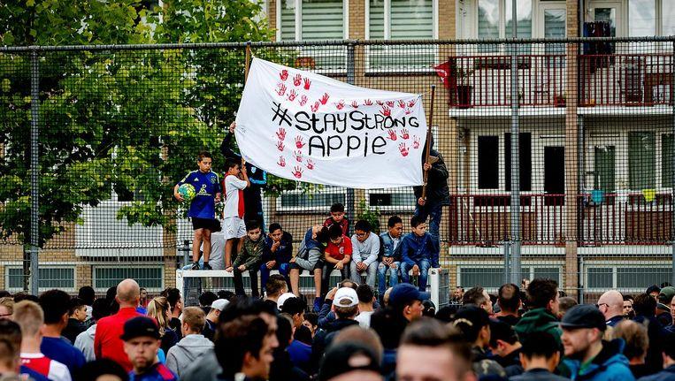 Fans komen in Geuzenveld bijeen voor Nouri. Beeld anp
