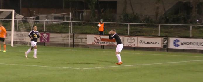 Frank Eulderink van Quick'20 gebruikt een verrekijker na zijn doelpunt.