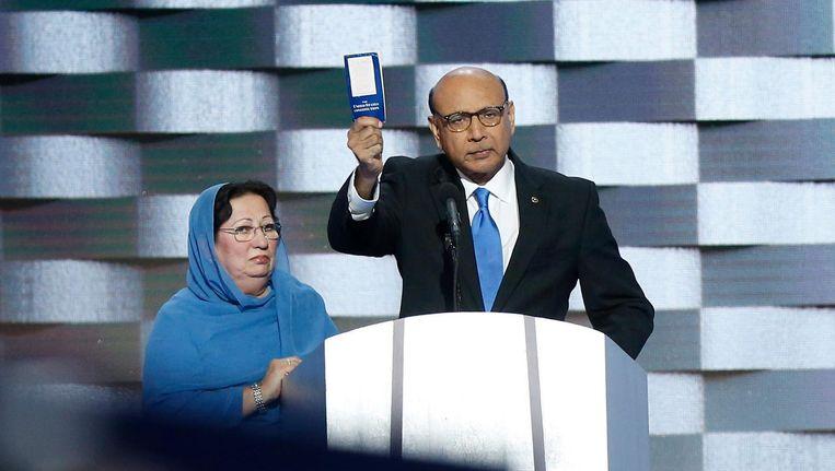 Khizr Khan (R) en zijn vrouw tijdens de Democratische Conventie in Philadelphia. Beeld null