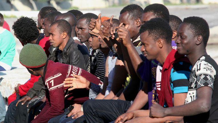 Enkele van de 17 migranten uit Sub-Sahara Afrika die het strand van het Spaanse Ceuta hebben weten te bereiken, 7 maart. Beeld epa