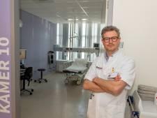 Arts spoedeisende hulp Bravis: 'Coronapatiënten liggen soms urenlang alleen in een kamertje'