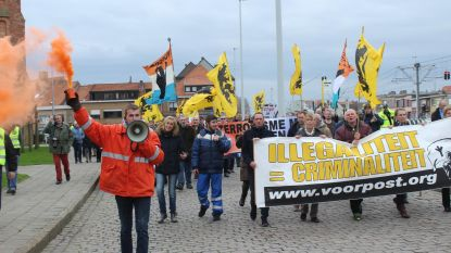 Dries Van Langenhove komt menigte toespreken tijdens mars in Zeebrugge