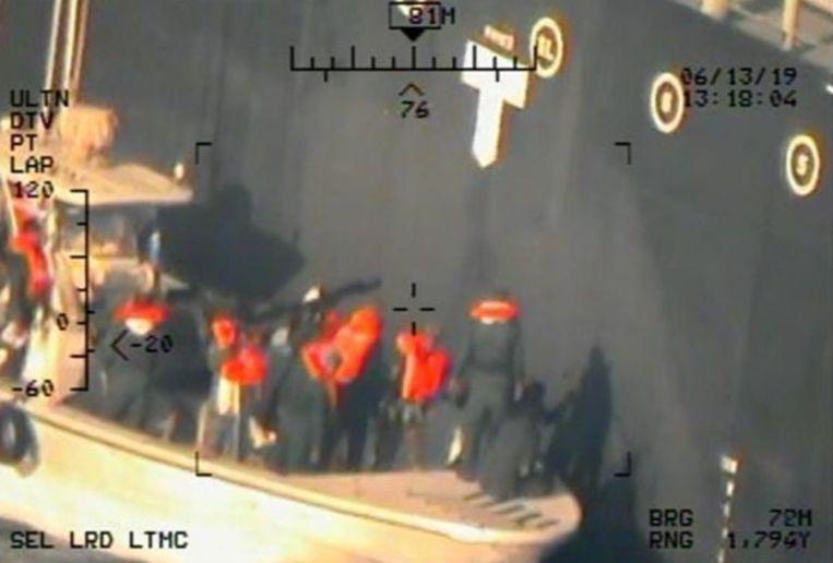De beelden, die vandaag werden vrijgegeven door het Pentagon, zouden gemaakt zijn vanuit een helikopter van de Amerikaanse luchtmacht. De mannen op de foto zijn volgens het Pentagon leden van de Iraanse Revolutionaire Garde die een onontplofte mijn verwijderen van het schip.