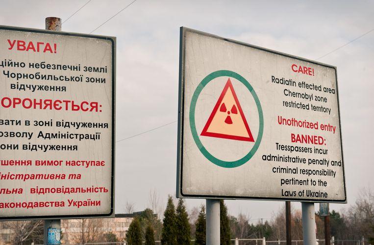 Waarschuwingsborden bij de grens van Tsjernobyl. Beeld Chris Heijmans