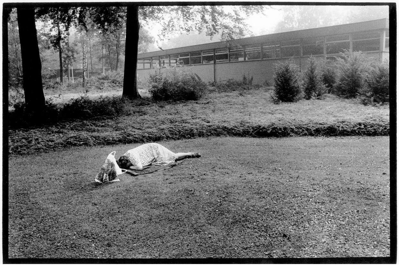Slapende vrouw aan de rand van het terrein van Veldwijk, 1991.