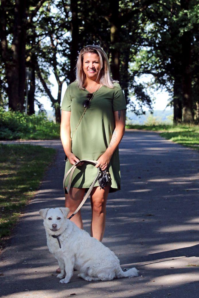 Brenda Aspers met haar hond Feta op de Brunssummerheide, dicht bij de plaats waar Thijs H. vorig jaar twee mensen doodstak.