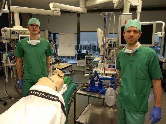 De broers Jan en Stijn Herregodts zoeken een alternatief voor beademingstoestellen.