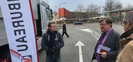 Burgemeester Uden gebruikt mobiele stembureau voor uitbrengen stem