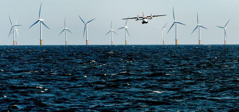 De kustwacht is bezig met het omleggen van een vaarroute. De vaarwegen op de Noordzee worden drastisch herschikt om meer orde te scheppen in het almaar drukker wordende scheepvaartverkeer.  Beeld ANP