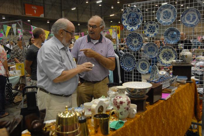 De meest uiteenlopende snuisterijen zijn te koop op de snuffelmarkt in de Brabanthallen.