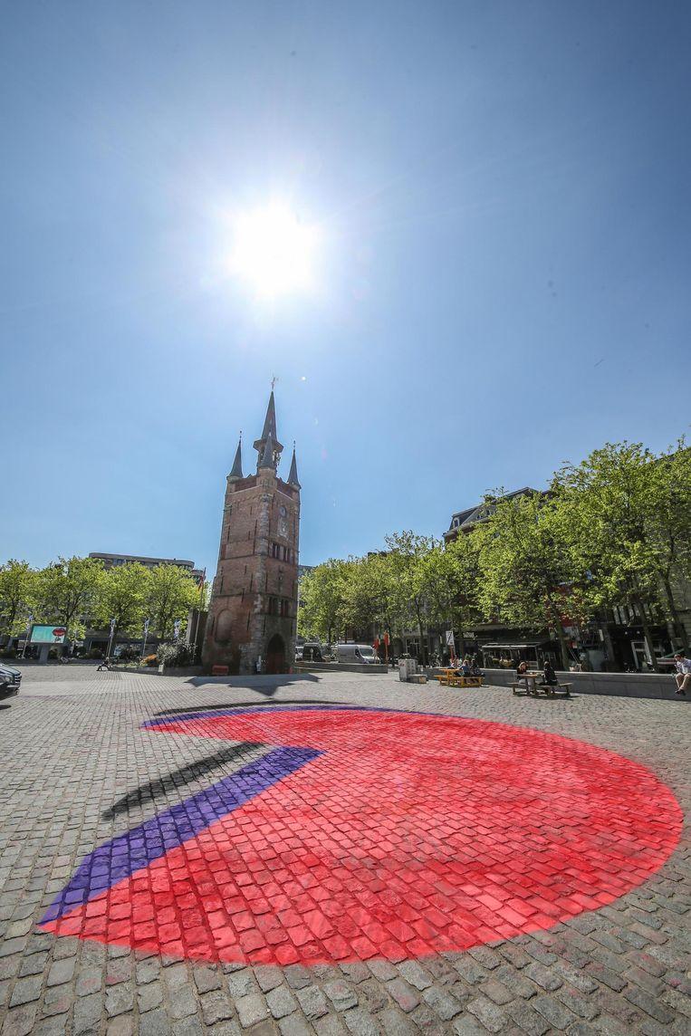 De rode bol is het logo van Schouwburg Kortrijk.