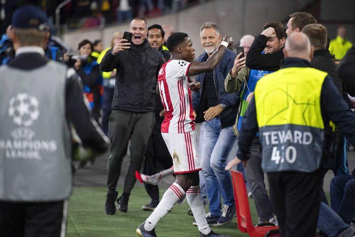Quincy Promes van Ajax viert de 1-0.