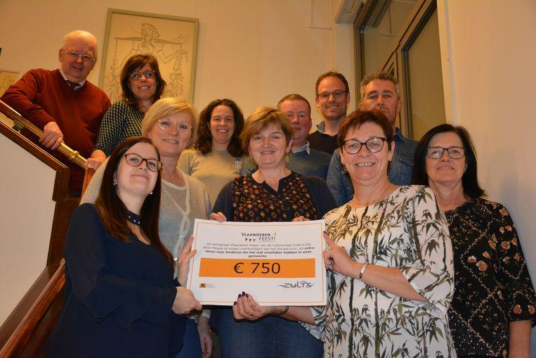 De werkgroep Vlaanderen Feest van de cultuurraad schonk 750 euro aan het Sociaal Huis.