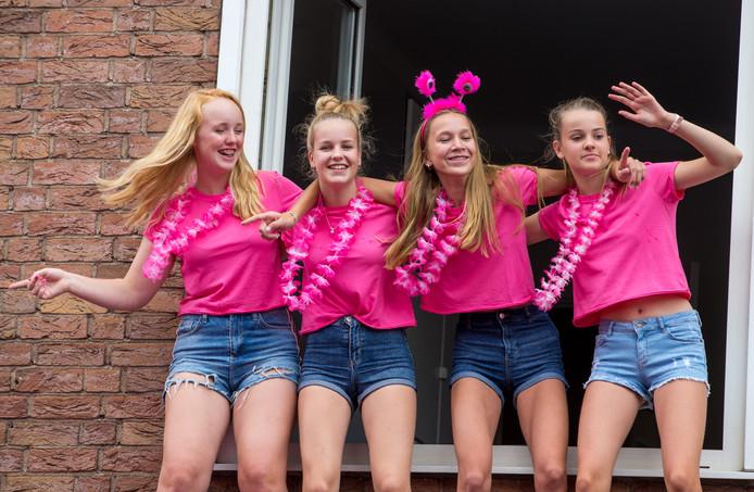 Deze meiden ontvluchten de drukte beneden en maken er een gezellig feestje van in de Van Welderenstraat.