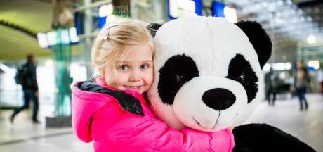 Wie gaf Esmee (3) uit Deventer zomaar een mega-panda cadeau op het station?