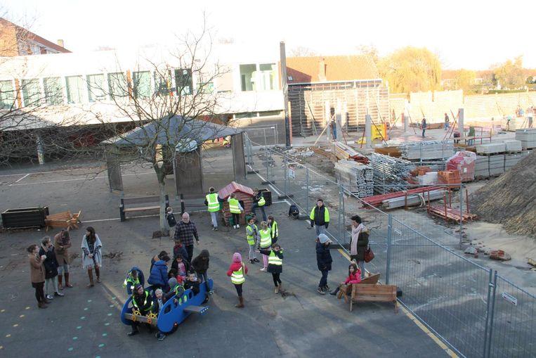 De kinderen van De Wingerd kunnen voorlopig terecht in het gebouw achter hen. Rechts komt de nieuwbouw.