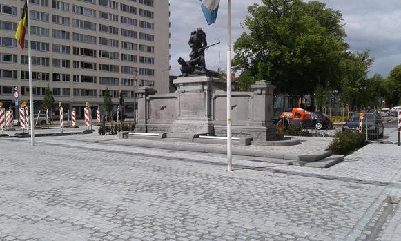Het nieuwe plein rond het oorlogsmonument is bijna klaar.