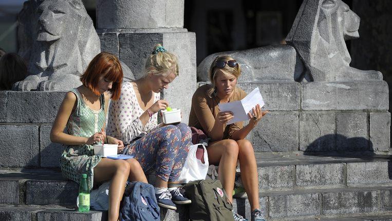 Studentes in de zon op het Vrijthof in Maastricht, de meest internationale studentenstad van Nederland Beeld anp