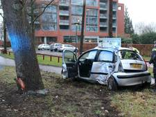 Hoogzwangere vrouw slipt met auto en ramt boom in Lochem