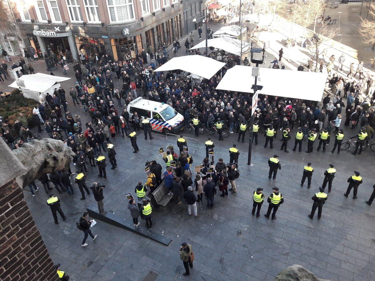 Boven in beeld de grote groep voorstanders en onder in beeld de groep van Kick Out Zwart Piet voor de Catharinakerk in Eindhoven op 17 november 2018.