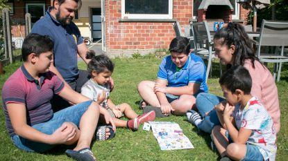 """Kinderen op Buitenspeeldag aan de slag met '9100 speeldag-bordspel': """"Zelfs mama en papa vinden het leuk"""""""