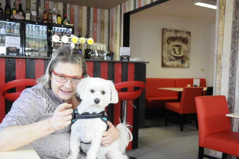 Christina Van Olmen en hondje Lobbeke, de mascotte van het café.