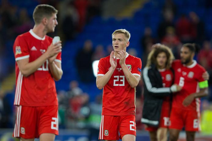 Matthew Smith (23) bedankt het publiek na de wedstrijd Wales-Ierland.