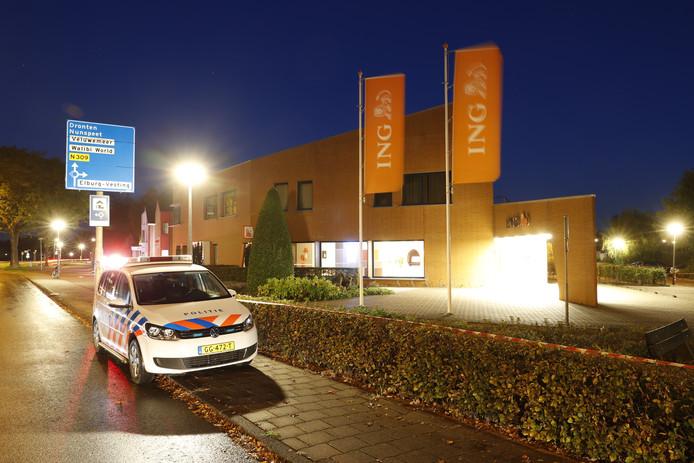 De ING-bank in Elburg is afgezet met linten in verband met een plofkraak of een poging daartoe.