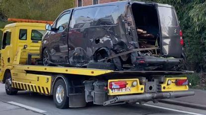 Grote ravage na botsing tussen bestelwagen en personenwagen: Twee personen overgebracht naar ziekenhuis