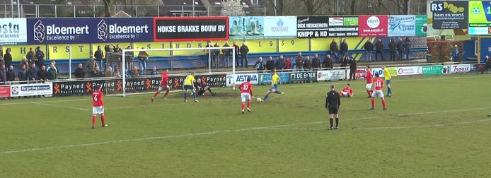 Het Excelsior'31-doel wordt flink onder vuur genomen door Staphorst.