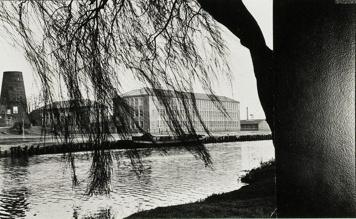 Vanaf De Bleek zicht op de Lagere Technische School (LTS) die in 1956 in gebruik werd genomen. Rechts de semi-permanente lokalen die al in 1949 in gebruik werden genomen. De afbraak daarvan was in 1961.