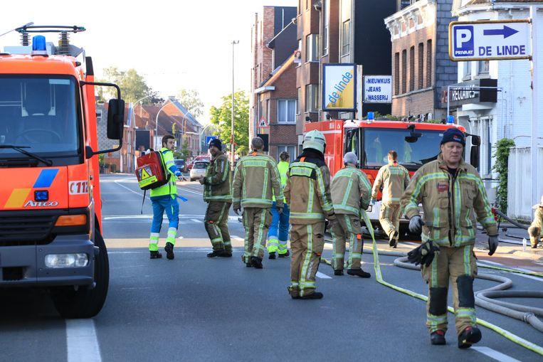 Eén brandweerman kreeg een stroomstoot tijdens de bluswerken en moest mee voor verzorging.