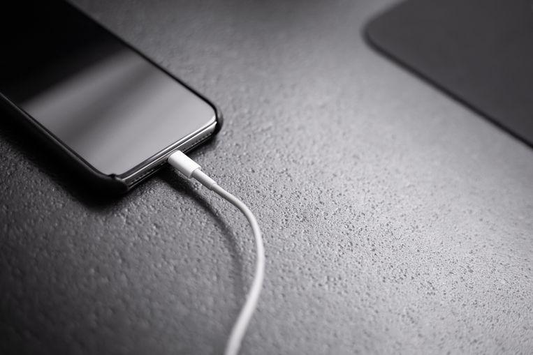 Welke smartphone moet het minst vaak weer aan de lader?