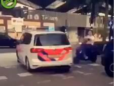 VIDEO: Scooterrijder maakt flinke smak op station Tilburg door botsing met politiewagen
