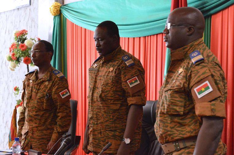 Burkinese luitenant-kolonel Isaac Zida (midden), interim-president van Burkina Faso. Beeld null